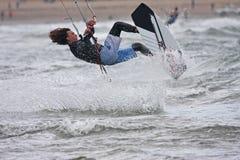 Kitesurfer骑马 免版税图库摄影