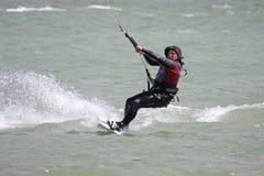 Kitesurfer骑马 库存照片