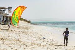 Kitesurfer étant prêt sur la plage Cap Vert Photos stock