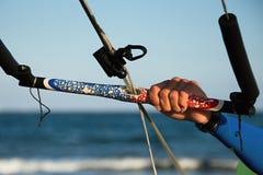 Kitesurfer готовое для kitesurfing едет в голубом море Стоковое Изображение