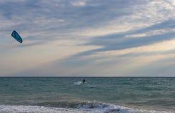 Kitesurfer едет зме-прибой на волнах моря стоковое изображение
