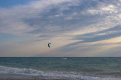 Kitesurfer едет зме-прибой на волнах моря стоковое фото rf