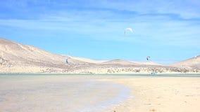 Kitesurfer in actie betreffende Fuerteventura stock video