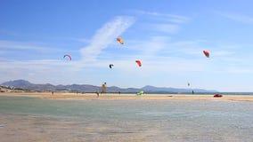 Kitesurfer in actie betreffende Fuerteventura stock footage