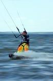 Kitesurfer in actie. Het onduidelijke beeld van de motie. royalty-vrije stock fotografie