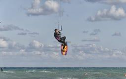 Kitesurfer ao fazer um pulo acrobático imagem de stock