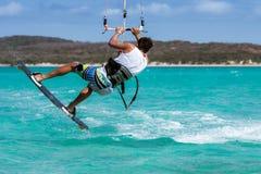 Kitesurfer banhoppning arkivfoto