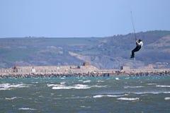 Kitesurfer banhoppning Royaltyfri Foto