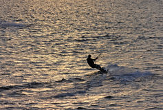 Kitesurfer bei Sonnenuntergang Lizenzfreie Stockfotos