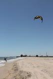 Kitesurfer dans l'équipement sur le rivage Image libre de droits