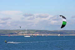 Kitesurfer dans le port de Portland Photos stock
