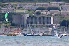 Kitesurfer dans le port de Portland Photographie stock libre de droits
