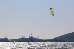 Kitesurfer dans le port de Portland Images stock