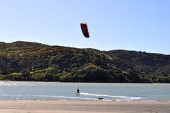 Kitesurfer dans raglan, Nouvelle-Zélande Photo stock