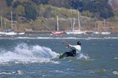 Kitesurfer in de haven van Portland Stock Fotografie