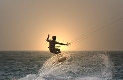 Kitesurfer de la puesta del sol Fotografía de archivo