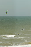 Kitesurfer in den Wellen Lizenzfreie Stockbilder