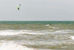 Kitesurfer in den Wellen Stockbilder