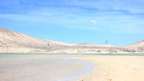 Kitesurfer in der Aktion auf Fuerteventura stock video