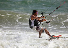 Kitesurfer in der Tätigkeit Stockbild