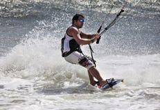 Kitesurfer in der Tätigkeit Lizenzfreie Stockfotos