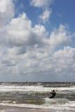 Kitesurfer dicht bij het strand Royalty-vrije Stock Foto's