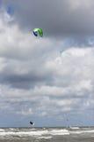 Kitesurfer die in de lucht springen Royalty-vrije Stock Foto