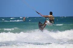 Kitesurfer die dicht omhoog vliegen Stock Foto's
