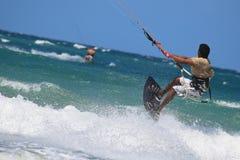 Kitesurfer die dicht omhoog vliegen Stock Afbeelding