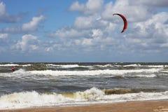Kitesurfer die door in de branding overgaan Royalty-vrije Stock Fotografie