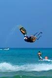 Kitesurfer die extreme truc maakt Royalty-vrije Stock Afbeelding