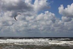 Kitesurfer die het strand naderen Royalty-vrije Stock Foto