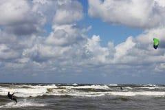 Kitesurfer die rollende golven vangen Stock Foto's
