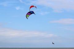 Kitesurfer doskakiwanie Zdjęcia Stock