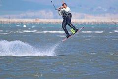 Kitesurfer doskakiwanie Obraz Royalty Free