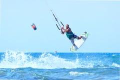 Kitesurfer durante un salto Imágenes de archivo libres de regalías
