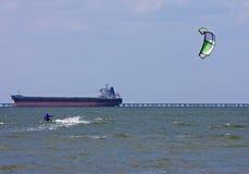 Kitesurfer e petroleiro Foto de Stock Royalty Free