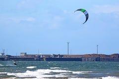 Kitesurfer em Troon, Escócia imagem de stock