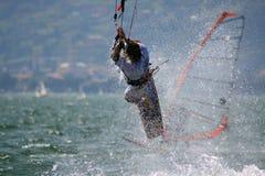 Kitesurfer en la acción Fotos de archivo libres de regalías