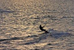 Kitesurfer en la puesta del sol Fotos de archivo libres de regalías