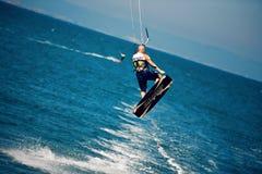 Kitesurfer en un salto Foto de archivo