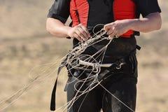 Kitesurfer erhalten verwickeln die Linien des Drachens Lizenzfreie Stockbilder