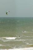 Kitesurfer in golven Royalty-vrije Stock Afbeeldingen