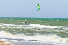 Kitesurfer in golven Stock Afbeeldingen