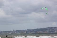 Kitesurfer i den Swansea fjärden Arkivfoton