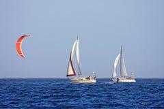Kitesurfer i jachty Obrazy Stock