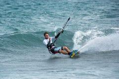 Kitesurfer i Los Barriles Mexico som snider en vänd på vatten Arkivfoto