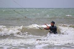 Kitesurfer i vågor Royaltyfria Bilder