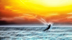 Kitesurfer im Meer bei Sonnenuntergang Lizenzfreie Stockbilder