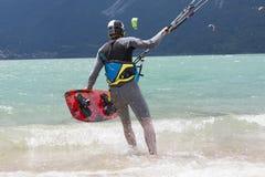 Kitesurfer lancia il suo aquilone nel lago di Santa Croce Fotografia Stock Libera da Diritti